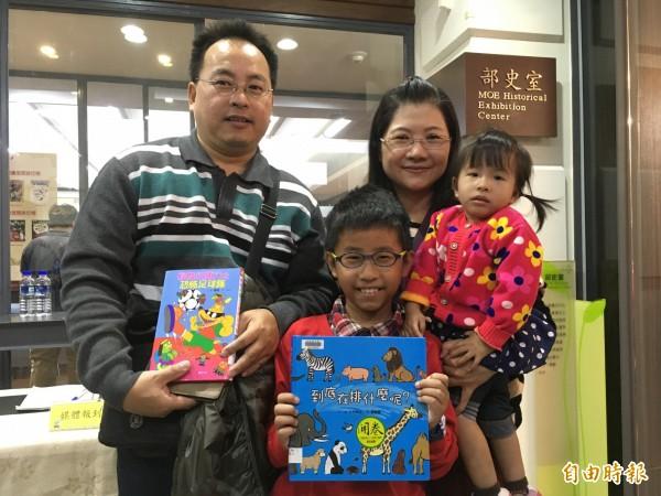 全家都是愛書人,邱有財(左一)和李妤庭(右二)夫妻帶著2歲女兒邱郁晴(右一)和9歲兒子邱泓翔(左二)一起看書。(記者林曉雲攝)