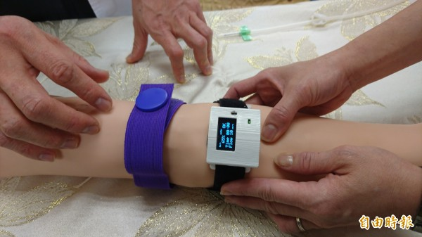 高雄榮總台南分院腎臟內科與南台科大電機系合作,研發「溫控式洗腎廔管壓力偵測止血裝置」。(記者劉婉君攝)