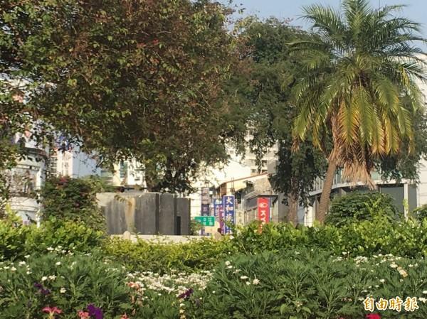 拆除孫文銅像基座後的台南湯德章紀念公園。(記者蔡文居攝)