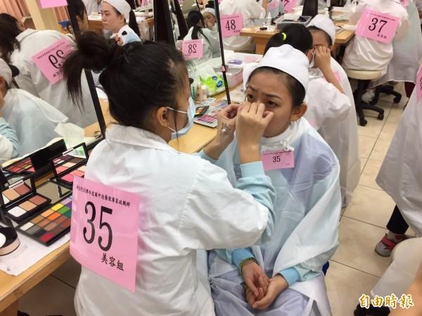 國中技藝競賽競爭激烈,學生全力以赴。(記者翁聿煌攝)