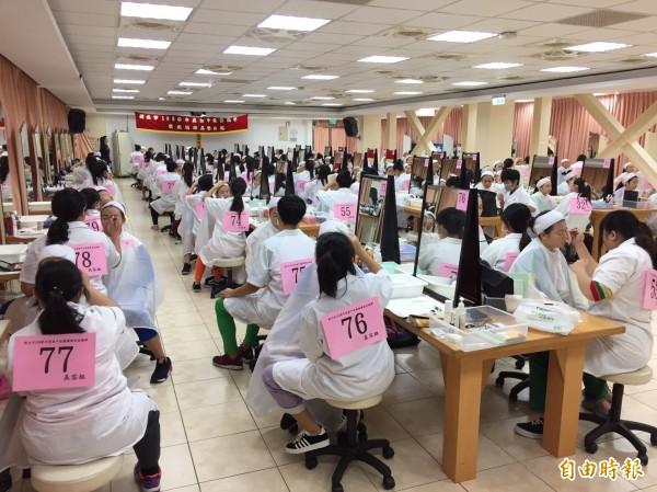 國中技藝競賽美容美髮項目在莊敬高職舉行。(記者翁聿煌攝)