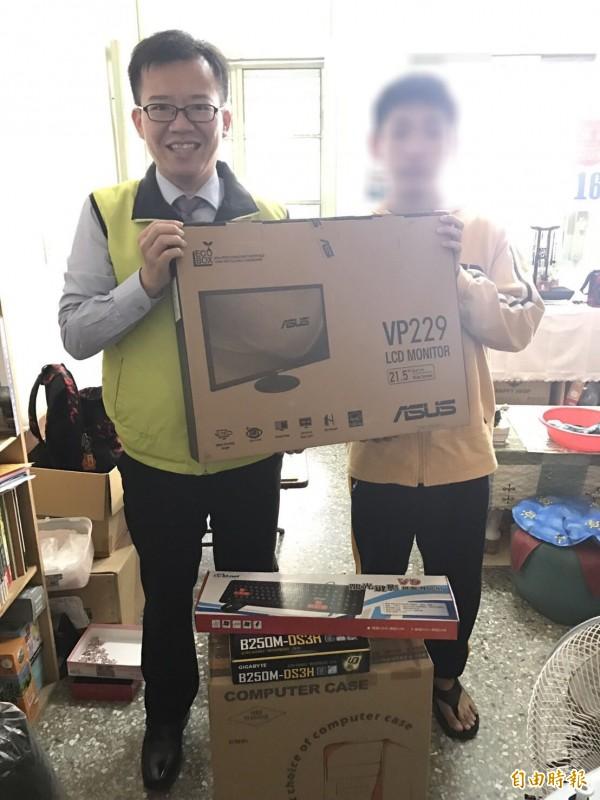 南市議員呂維胤(左)得知陳姓男大生求學向同學借用電腦,十分不便,募得一部全新電腦送陳生(右)。(記者王俊忠攝)
