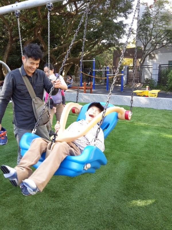 台灣身心障礙兒童權利推動聯盟,盼比照台北市設立共融遊具。(家長提供)