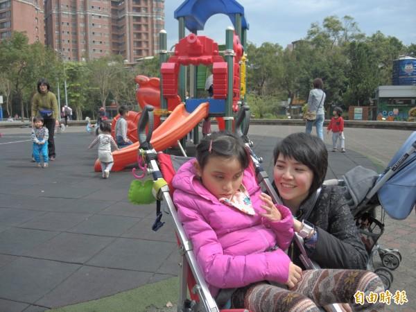 四號公園兒童遊戲區沒有共融遊具,身心障礙兒童只能渴望無法參與。(記者翁聿煌攝)