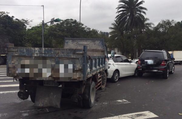 藝人吳怡霈今早上工,由助理駕著她的白色BMW轎車,卻在北市安康路巷內右轉時,遭後方貨車撞上,導致她的車也追撞前車,目前肇事責任仍在釐清中。(圖由民眾提供)