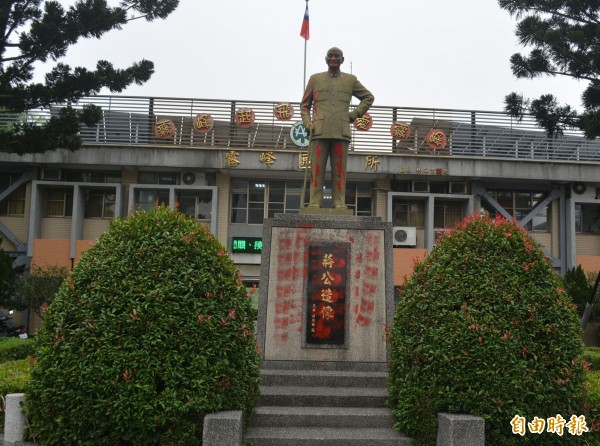 台中市霧峰區公所前的蔣介石銅像,今天凌晨遭人塗抹紅漆抗議。(記者陳建志攝)