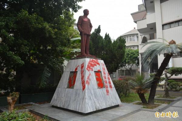 台中市大里區公所旁的蔣介石銅像,今天凌晨也遭人塗抹紅漆抗議。(記者陳建志攝)