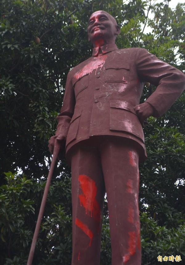 台中市大里區公所旁的蔣介石銅像,今天凌晨也遭人在臉部、身體塗抹紅漆抗議。(記者陳建志攝)