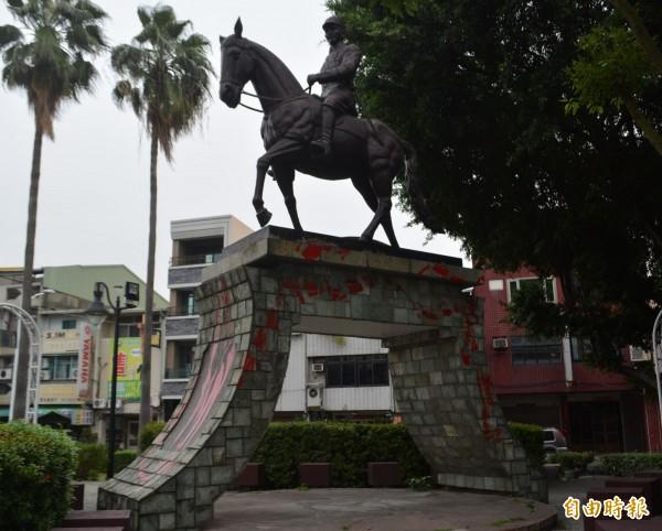 台中大里中興路、國光路口旁小公園內的蔣介石穿軍裝騎馬銅像,今天凌晨也遭人塗紅漆抗議。(記者陳建志攝)