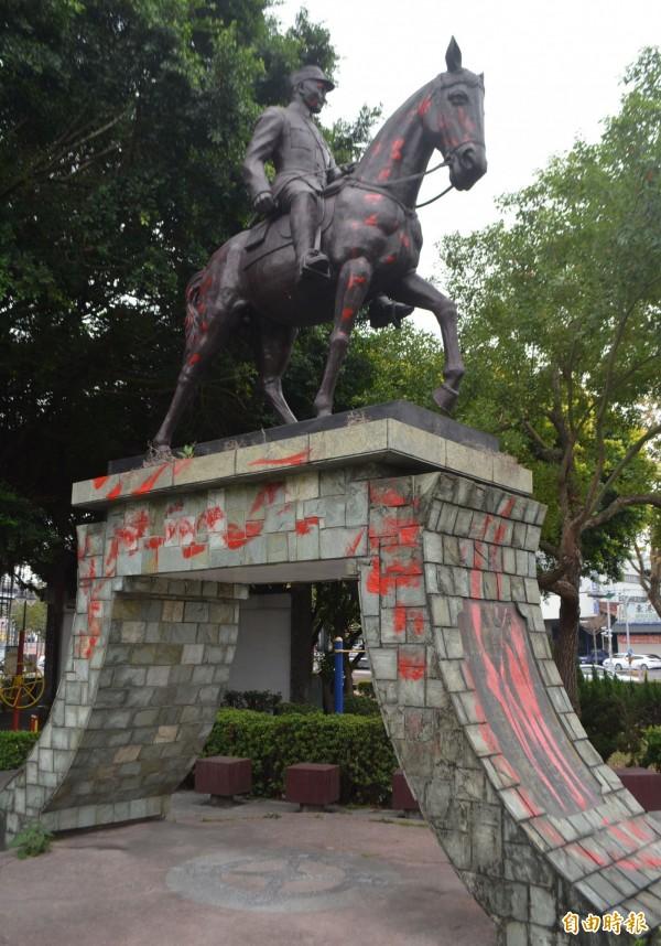 台中大里中興路、國光路口旁小公園內的蔣介石穿軍裝騎馬銅像,今天凌晨也遭塗紅漆抗議。(記者陳建志攝)