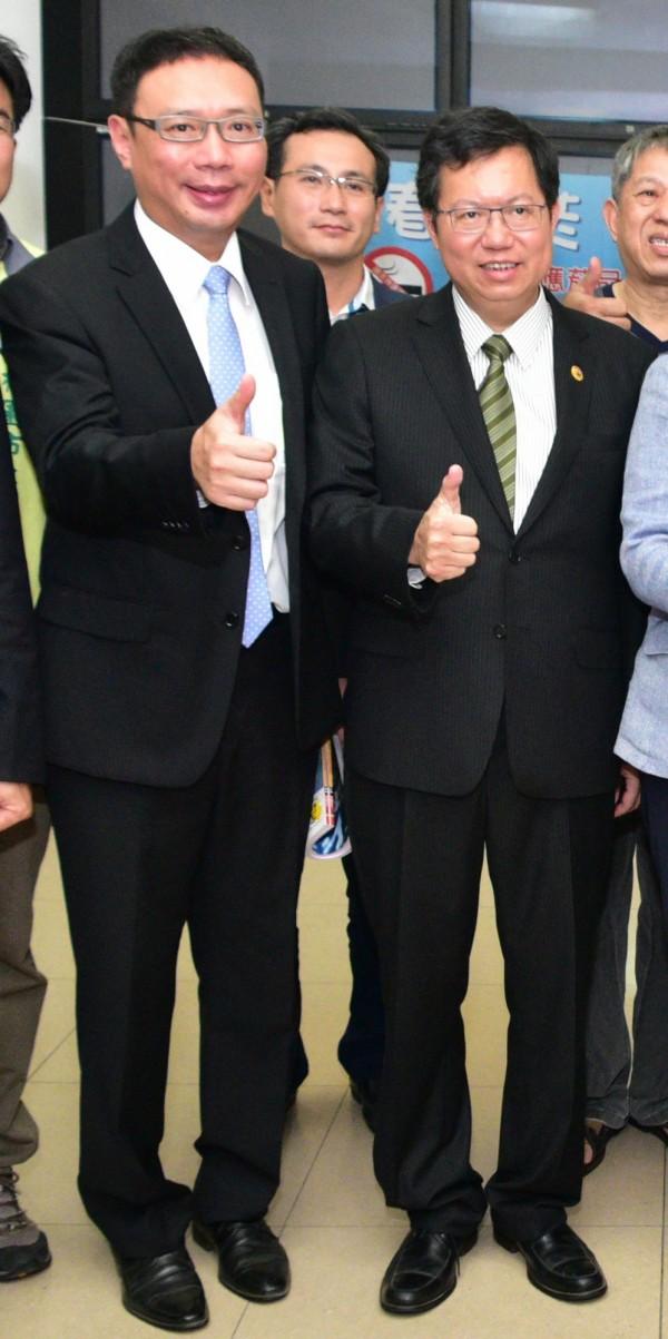 前市府顧問黃適卓(圖左)接任桃園航空城公司一職,圖為其陪同市長鄭文燦參加活動畫面。(市府提供)