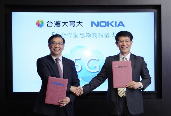 台灣大哥大總經理鄭俊卿(左)去年與Nokia大中華區總裁王建亞簽暑5G 策略聯盟備忘錄。(台灣大提供)