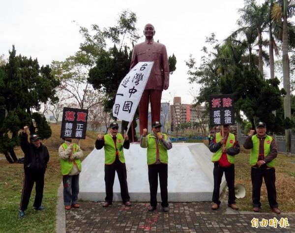 908台灣國成員要求台中市政府盡速拆除蔣介石銅像。(記者張菁雅攝)
