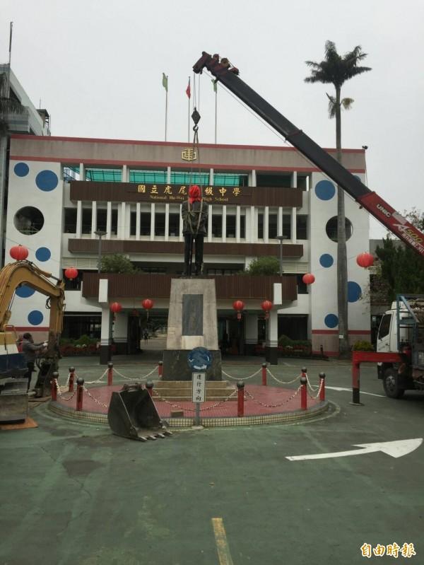 虎尾高中的蔣公銅像被移除,基座被打掉。(記者廖淑玲攝)