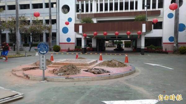 虎尾高中校門前的蔣公銅像被拆除。(記者廖淑玲攝)
