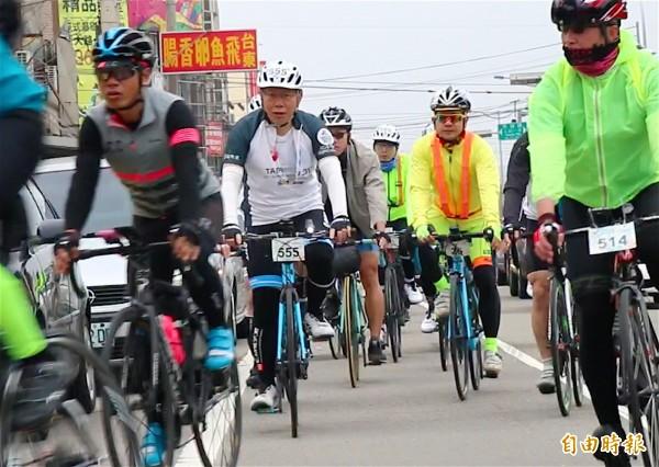 台北市長柯文哲騎車到新竹市,就被柯媽要求別再往南騎了。(記者蔡彰盛攝)