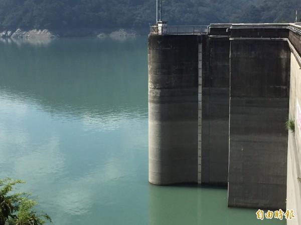 石門水庫剩半座,新北板新林口、桃、竹4地明起一階限水。(記者李容萍攝)
