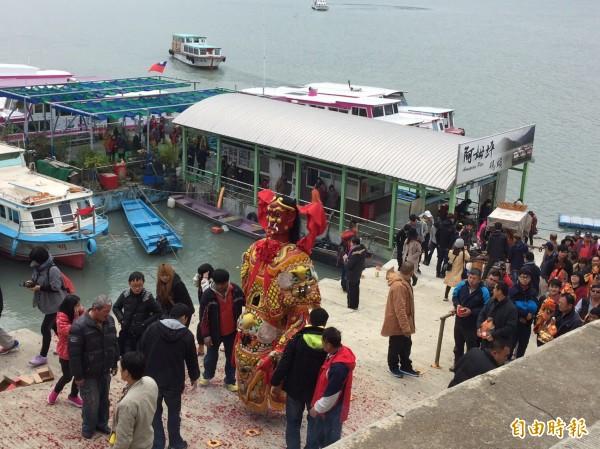 石門水庫的遊艇業者和漁民,請媽祖遊湖遶境祈雨。(記者李容萍攝)