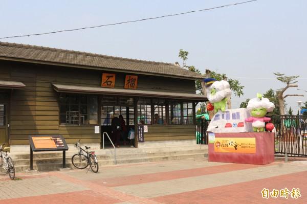 石榴火車站周圍被花燈所圍繞。(記者詹士弘攝)