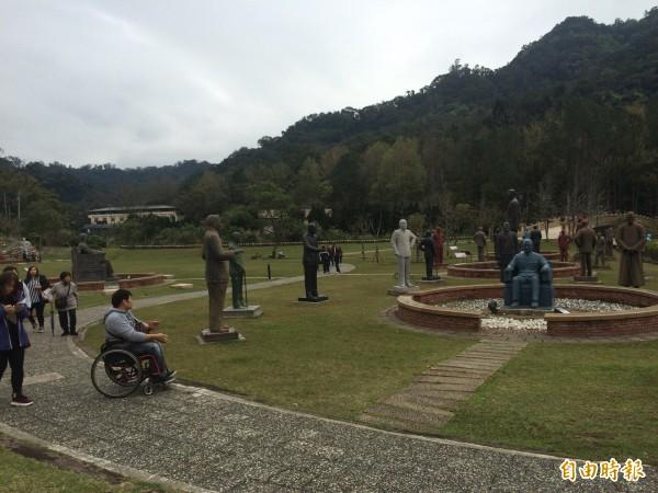 慈湖園區的蔣介石銅像最多、且來者不拒,年吸客160萬人次。(記者李容萍攝)