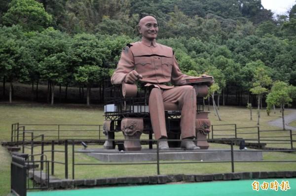 慈湖園區最大的蔣介石銅像。(記者李容萍攝)