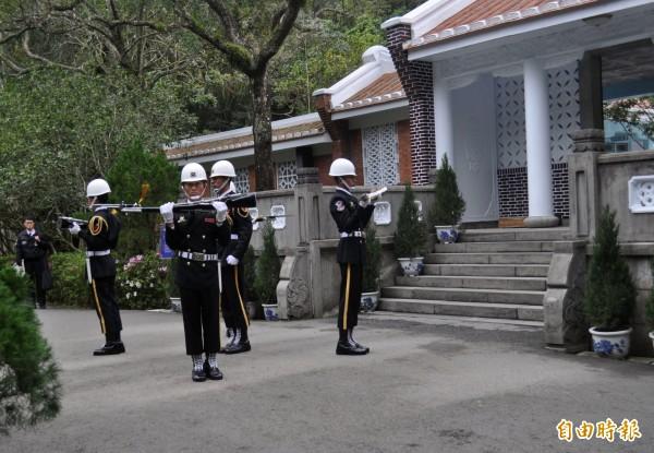 慈湖陵寢的憲兵儀隊交接。(記者李容萍攝)