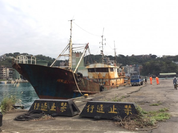 「閩長漁24188」號漁船越界捕魚,被基隆海巡隊船艇活逮。(記者吳昇儒翻攝)