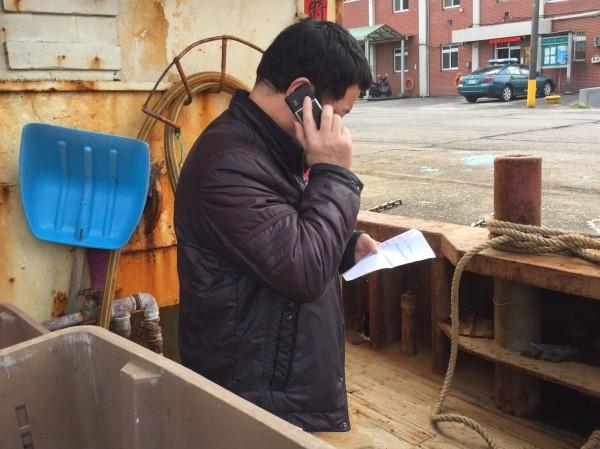 船長張治發收到罰單後,打電話回家請家人協助匯款。(記者吳昇儒翻攝)