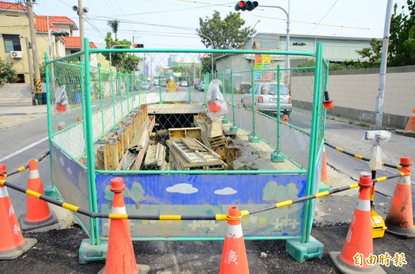 仁德區大發路的箱涵改善工程進入倒數階段,完成後可協助當地防治水患。(記者吳俊鋒攝)