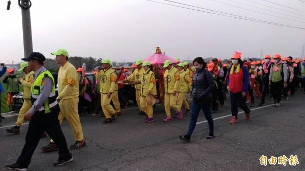 白沙屯媽祖徒步進香隊伍極有秩序地在鑾駕前後隨香。(記者廖淑玲攝)