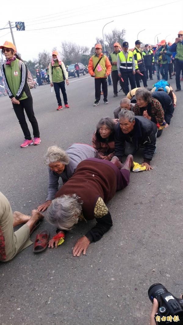 不少老農老婦爭相鑽轎腳,展現對媽祖的宗教狂熱。(記者廖淑玲攝)