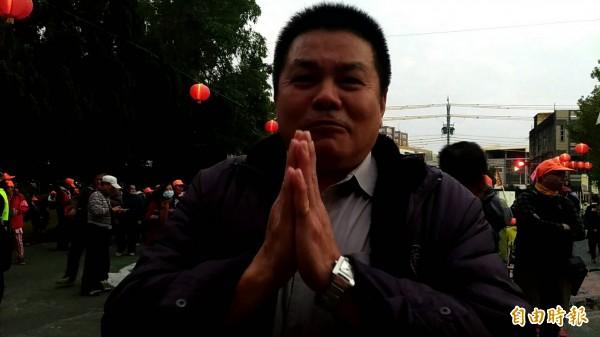 虎高校長薛東埠雙手合十,感謝媽祖婆駐駕。(記者廖淑玲攝)