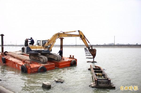 罕見的鹽業鐵橋,由怪手動工拆除。(記者林宜樟攝)