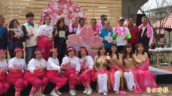 新竹縣竹東春櫻花海節今天早上開幕,今、明2天在竹東河濱生態公園都有系列活動鬧春。(記者黃美珠攝)