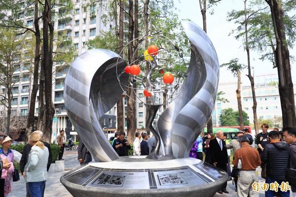 二七部隊紀念碑中間3色燈泡點亮,猶如雙手呵護象徵夢想、和平與熱情的種子。(記者蔡淑媛攝)
