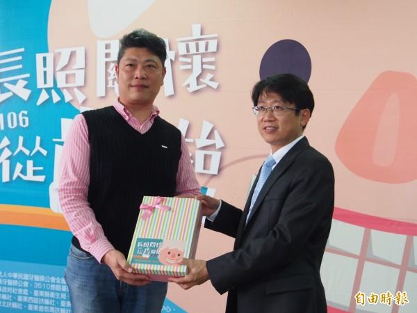 台東縣牙醫師公會理事長施皇仰(右)代表捐贈身障者牙刷給柏林老人養護中心。(記者王秀亭攝)