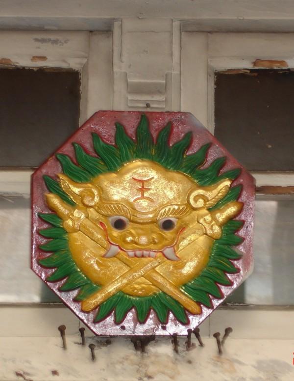 位於南市安平區中興街上的金光劍獅,因屋主欲整修房子,暫將掛在大門的劍獅收起來。(記者王俊忠翻攝)