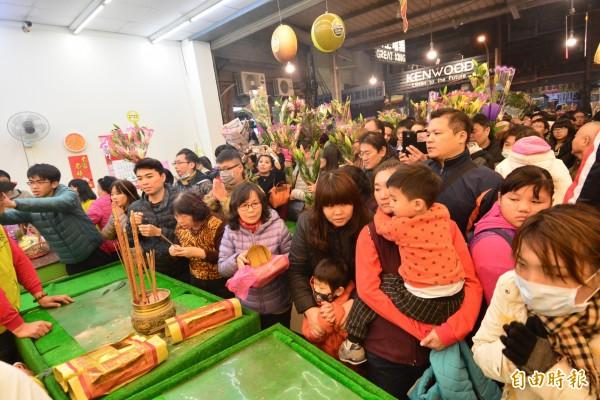 白沙屯媽祖今晚駐駕彰化市中山路的水果攤,現場擠滿民眾。(記者劉曉欣攝)