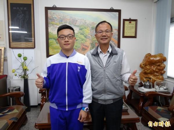 私立興華中學高中部陳盈宇(左),學測考70級分,繁星錄取台大國際企業系,希望從事進出口貿易。(記者王善嬿攝)