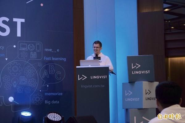 愛沙尼亞物理學家Mait Muntel,2013年透過「粒子物理學」相同演算法,打造出獨創智慧演算法「Lingvist」,今天也在記者會中大秀二週的中文學習成果。(記者陳炳宏攝)