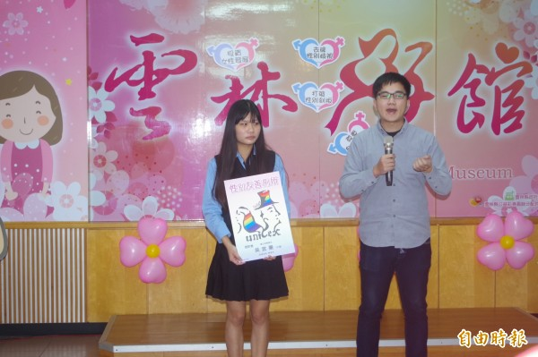 虎尾學生吳宜蓁(左)結合彩虹旗設計性別友善廁所LOGO獲好評。(記者林國賢攝)