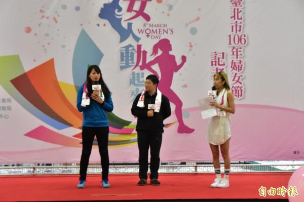 慶祝38婦女節,北市社會局今邀請角力女國手陳玟陵(左一)、女登山家江秀真(中)現身分享心路歷程。(記者張議晨攝)