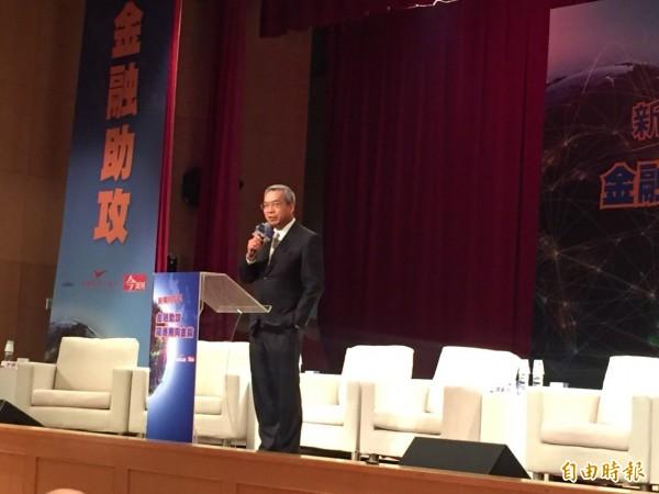 財信傳媒董事長謝金河今出席「新南向GO! 金融助攻 躍進南向金鑰論壇」表示,台灣人本來很勤快,一例一休上路後,現在學會計較。(記者吳佳蓉攝)
