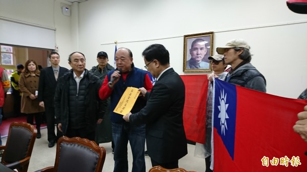 退役上將吳斯懷帶10人進入立法院抗議(記者陳鈺馥攝)