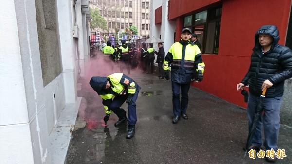 八百壯士丟紅色煙霧彈並向警方推擠。(記者陳鈺馥攝)