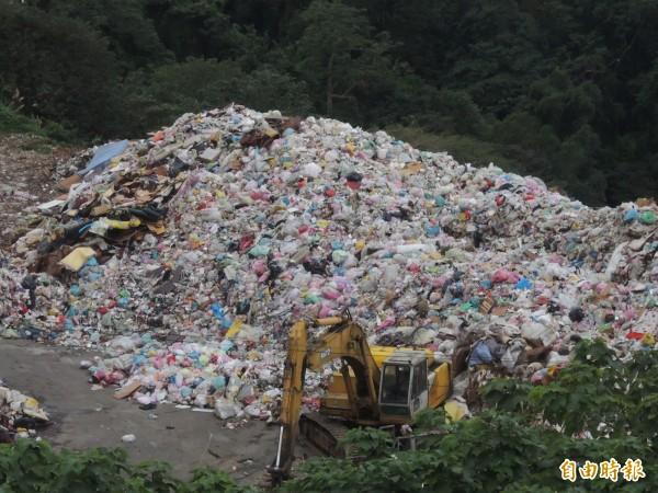 新竹縣竹東鎮公所基於掩埋場堆置垃圾已逼近滿載,今天發文給轄內各級學校,請校方自27日起垃圾自行委外清運,讓各校急得如熱鍋上的螞蟻。(記者廖雪茹攝)