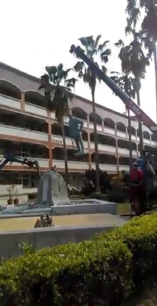 台南女中蔣公銅像今日上午被拆除。(記者王捷翻攝)
