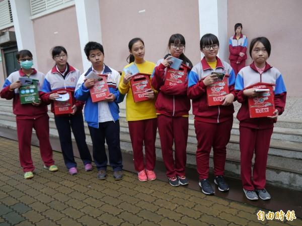 清水國中學生郵寄地景明信片給親友。(記者張軒哲攝)