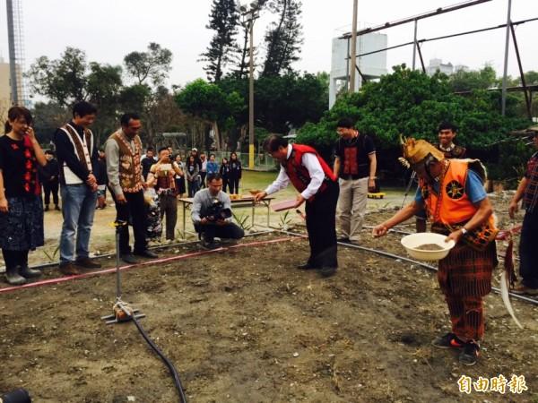 小米播種祭讓原住民專班學生學習傳統文化。(記者羅欣貞攝)