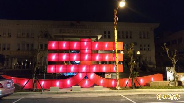 虎尾主燈區美食區花燈在虎尾公所持續點燈。(記者廖淑玲攝)